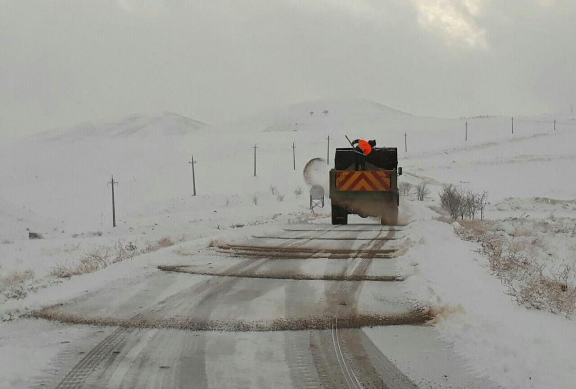 خبرنگاران بارش برف و باران جاده های استان تهران را لغزنده کرد